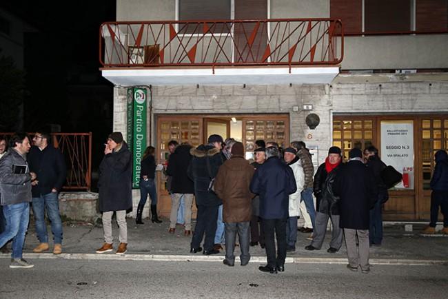 La folla in festa davanti alla sede del Pd