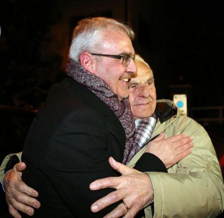 L'abbraccio di Romano Carancini con suo padre Giovanni