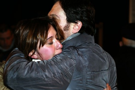 Alessia Scoccianti in lacrime consolata da Michele Schiavoni