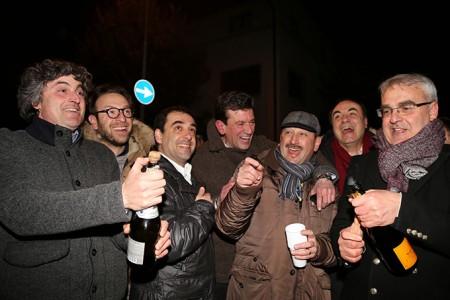 I festeggiamenti per la vittoria di Romano Carancini al ballottaggio