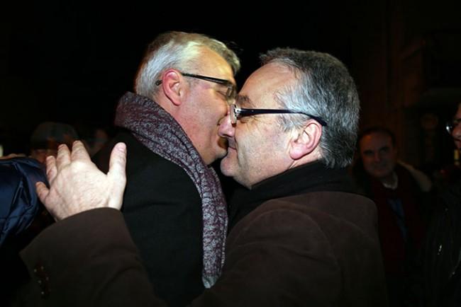 L'ABBRACCIO tra Romano Carancini e Angelo Sciapichetti dopo la vittoria del sindaco al ballottaggio