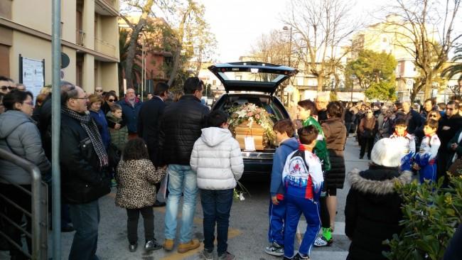 I figli e il marito di Silvia Tinarelli al funerale