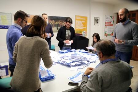 Il conteggio delle schede nella sede di via Spalato (foto Guido Picchio)