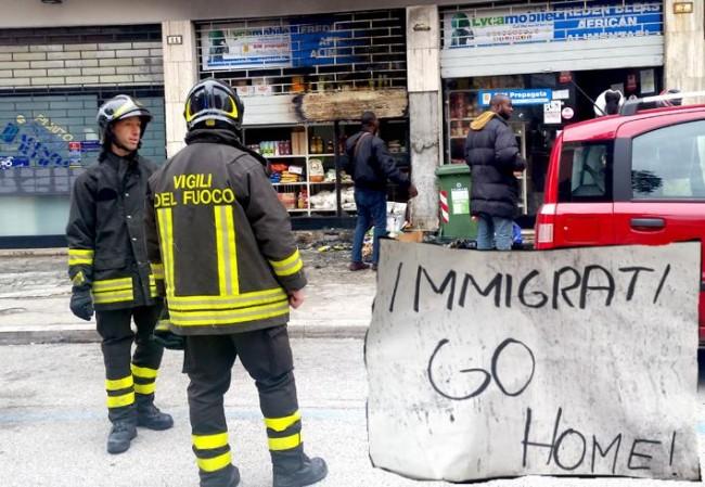 """L'incendio nel minimarket di via Morbiducci (nel riquadro il cartello con la scritta """"Immigrati go home"""")"""