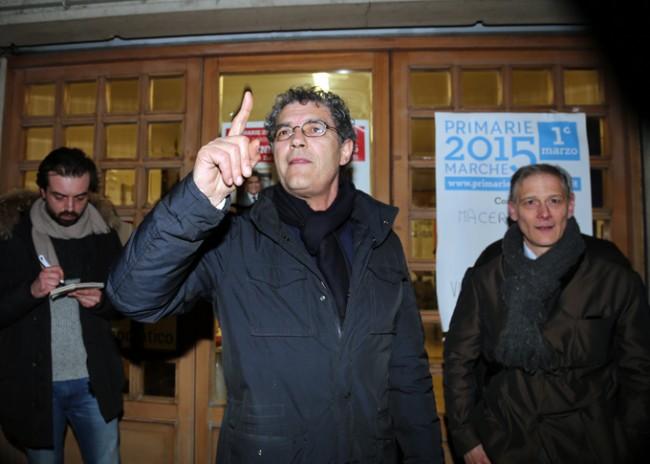 Bruno Mandrelli questa sera davanti alla sede del Pd (foto Picchio)