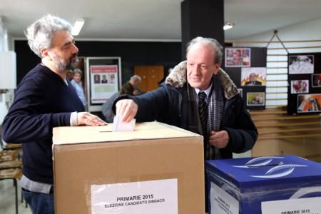 Pietro Marcolini ieri al voto nel seggio del centro storico, a Macerata