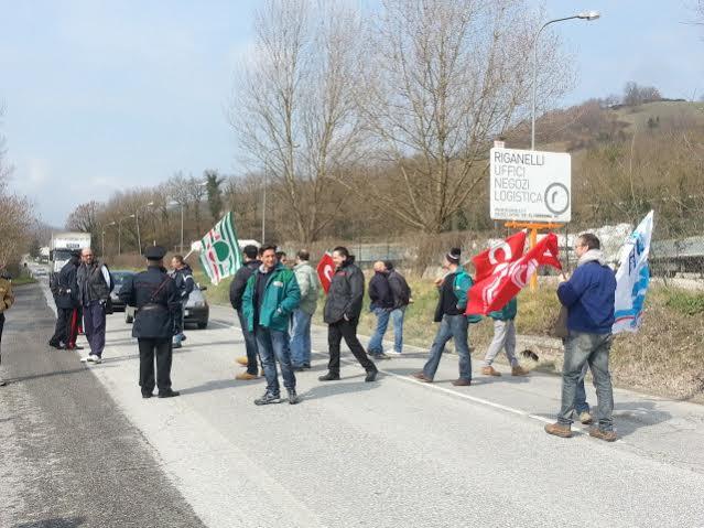 I dipendenti della Sacci attraversano la strada in segno di sciopero