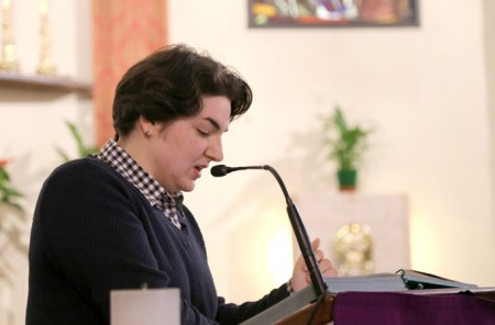 Silvia Montecchiari legge il testo della canzone scritta per il parroco della Pace