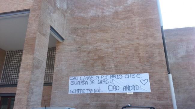 Lo striscione dei compagni di scuola di Andrea davanti all'istituto Antinori