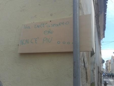 Via Carena coperta da una targa che segnala la criticità del borgo marinaro