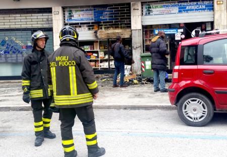 I vigili del fuoco in via Morbiducci (foto di Guido Picchio)