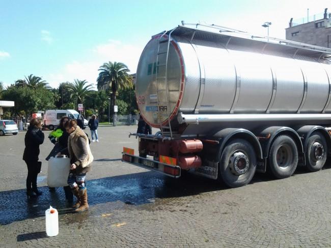 L'autobotte per l'emergenza idrica a Civitanova