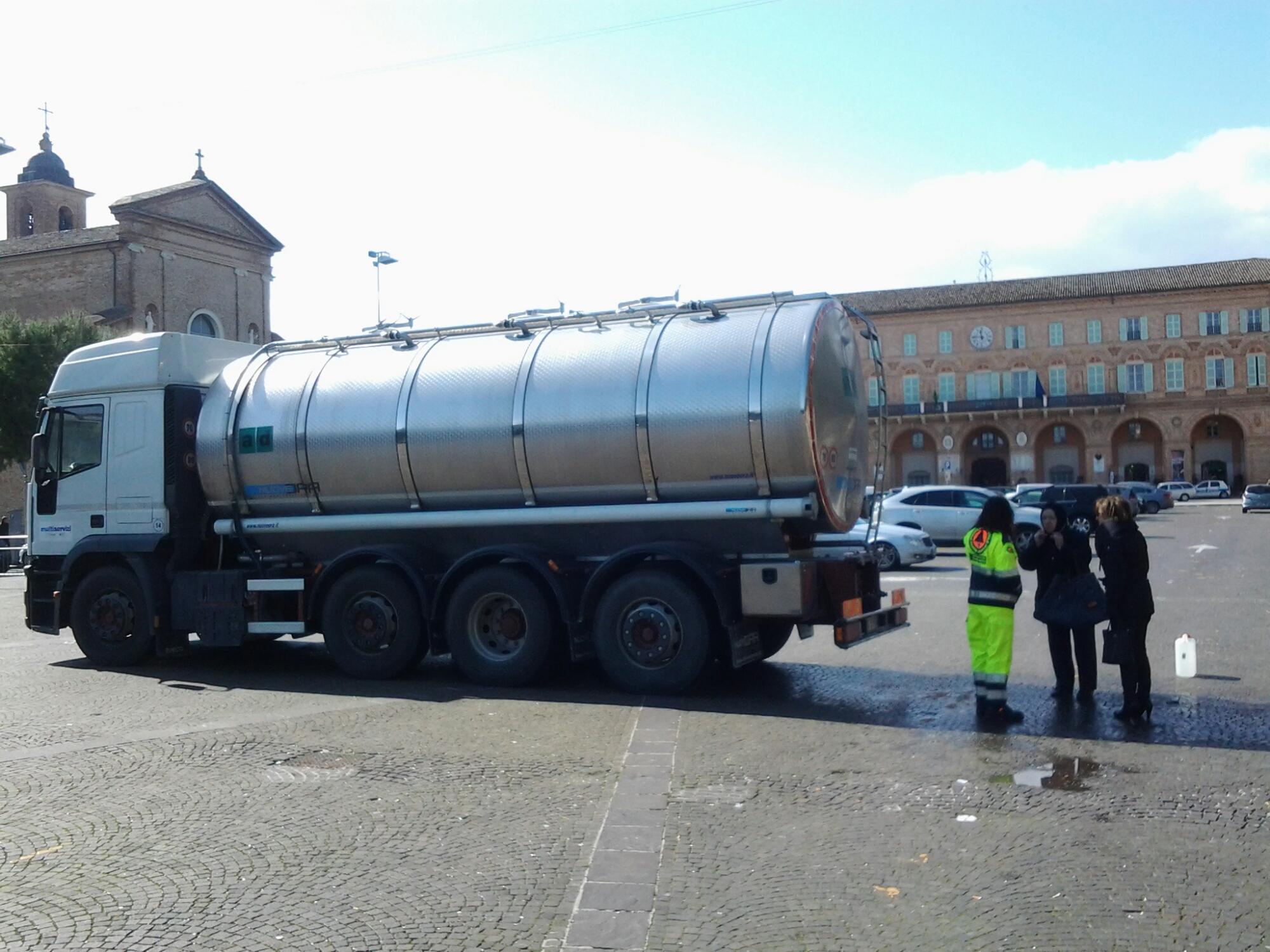 L'autobotte per distribuire l'acqua a Civitanova