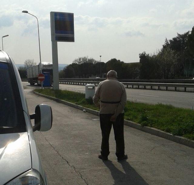 L'anziano abbandonato mentre scruta il passaggio delle auto