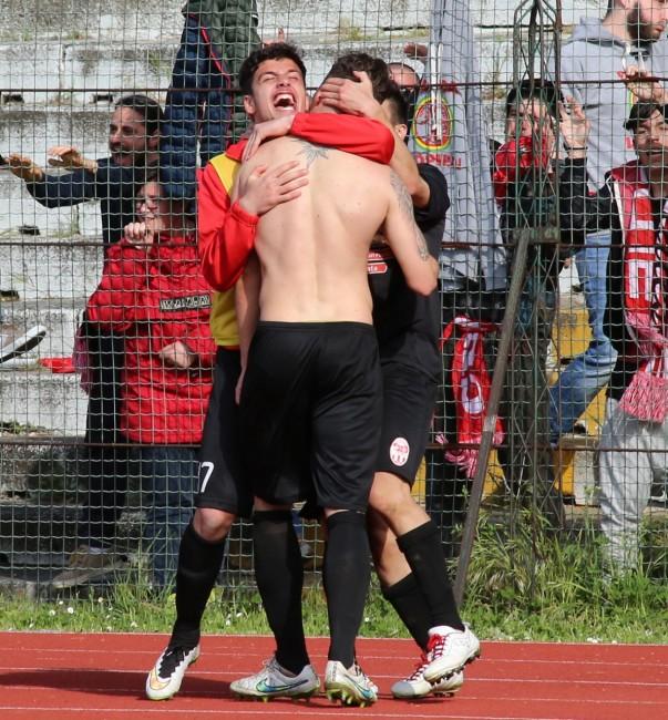 L'abbraccio con i compagni dopo il gol