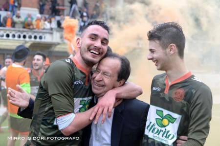 L'abbraccio col presidente della Junior Macerata Moretti
