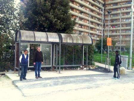 I portieri dell'House sull'asfalto gettato dal Comune davanti alla pensilina dello scuolabus