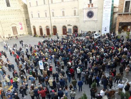 Anche oggi una piazza piena di gente  ad ammirare l'orologio