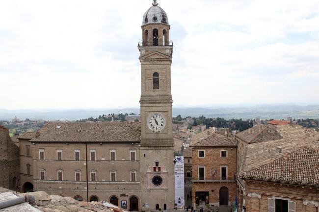Panoramica di piazza della Libertà con il nuovo orologio (foto di Lucrezia Benfatto)