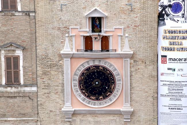 Il nuovo orologio sulla torre civica di piazza della Libertà