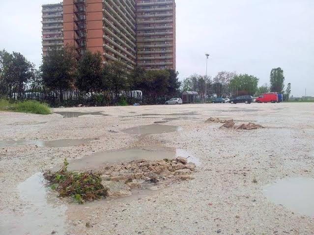 Le condizioni del parcheggio privato all'esterno dell'Hotel House. Qui sostano gli scuolabus