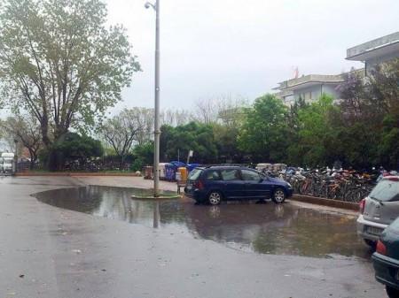 Hotel House --- Le condizioni del piazzale in cui alcuni pulmini riportano a casa gli scolari di ale trevisani