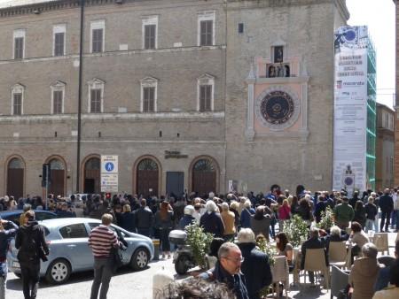 Lunedì 20 marzo ancora persone per linaugurazione dell'orologio di Marco Ribechi (1)