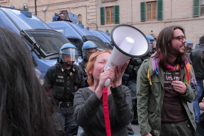 Tra i manifestanti anche il consigliere comunale Gabriella Ciarlantini (foto di Andrea Petinari)