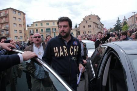 Matteo Salvini durante la raccolta firme allo Sferisterio
