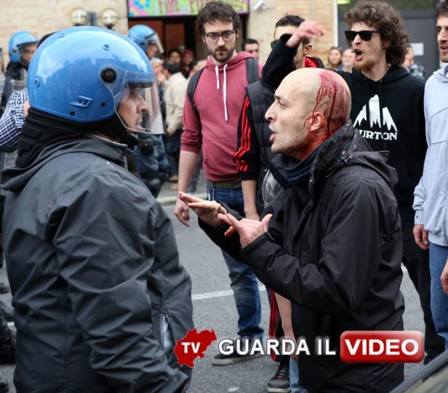 Matteo-Salvini-Macerata_-manifestanti_Foto-LB-1 000