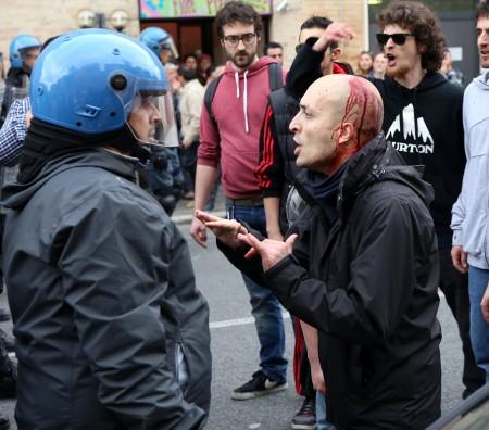 Un fertio durante gli scontri davanti allo Sferisterio