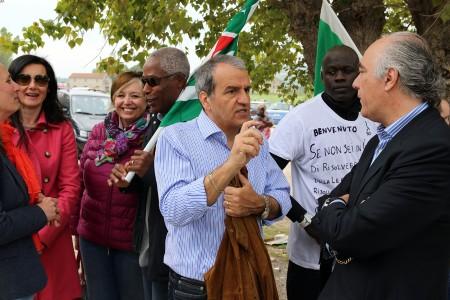 Il senatore Mario Morgoni durante il sit in di protesta contro Salvini all'Hotel House