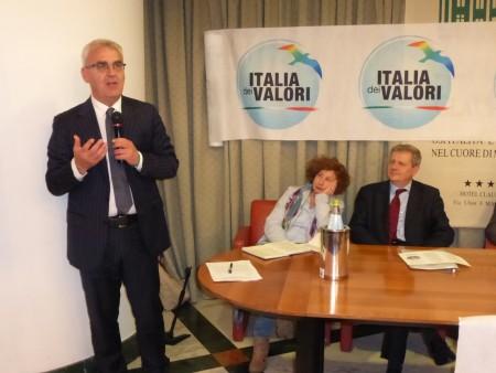 Romano Carancini durante la presentazione della lista Idv. Sul tavolo Vania Longhi e Giuliano Meschini