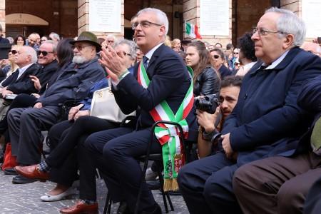 Il sindaco di Macerata Romano Carancini durante l'inaugurazione dell'orologio planetario in piazza della Libertà