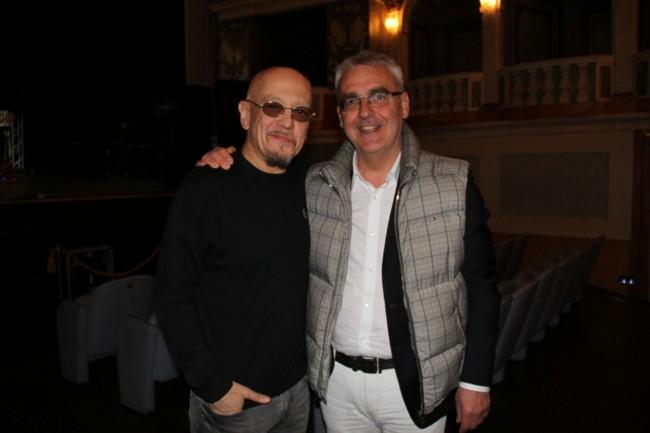 Enrico Ruggeri con il sindaco Romano Carancini al teatro Lauro Rossi