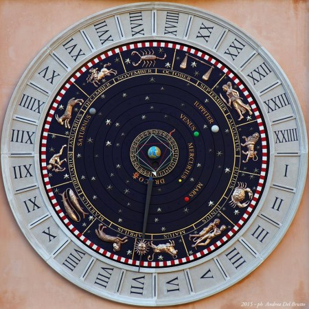 Un primissimo piano dell'orologio (foto di Andrea Del Brutto)
