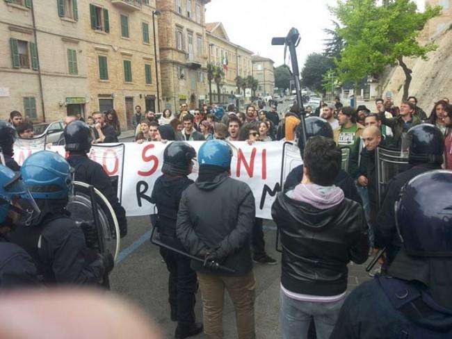 Contestatori a Macerata, davanti allo Sferisterio