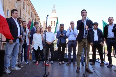 Francesco Acquaroli e Giorgia Meloni in piazza Mazzini a Macerata