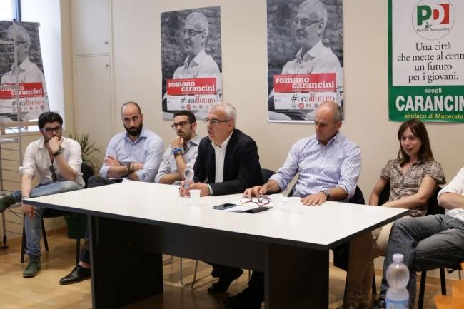 Andrea Tonnarelli, Paolo Manzi, Andrea Perticarari, Romano Carancini, Romeo Renis e Alessia Scoccianti durante la presentazione della lista del Pd