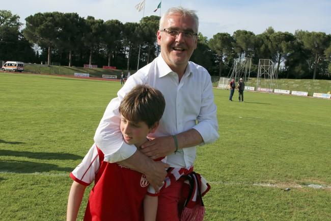 Il sindaco Romano Carancini con il figlio