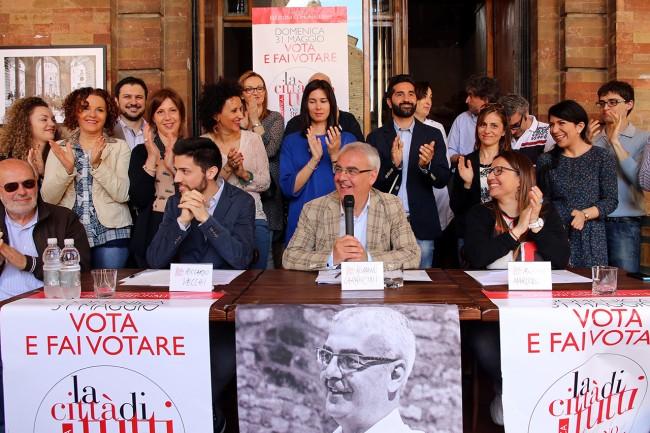 """La lista civica """"La Città di Tutti"""" con il sindaco Romano Carancini durante la campagna elettorale dello scorso maggio"""