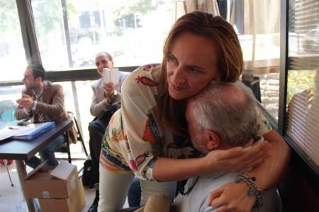 Deborah Pantana abbraccia l'architetto Silvano Iommi