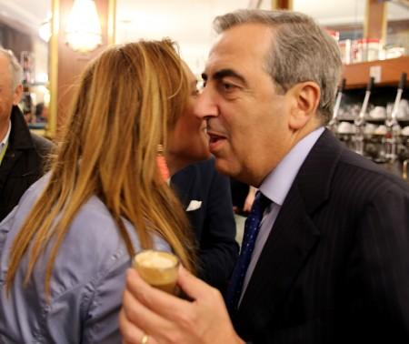 L'abbraccio tra Deborah Pantana e Maurizio Gasparri