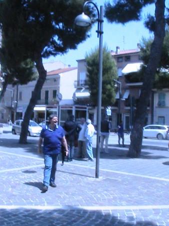 Ettore-Perna-del-direttivo-Pd-saluta-Biagioli-della-Coneroblu.