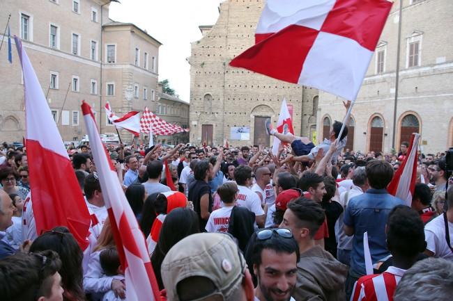 Festeggiamenti-maceratese-lega-pro-piazza-libertà_Foto-LB-2-650x433