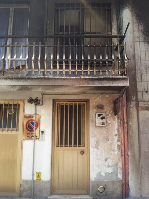 I danni all'ingresso e al balcone al primo piano