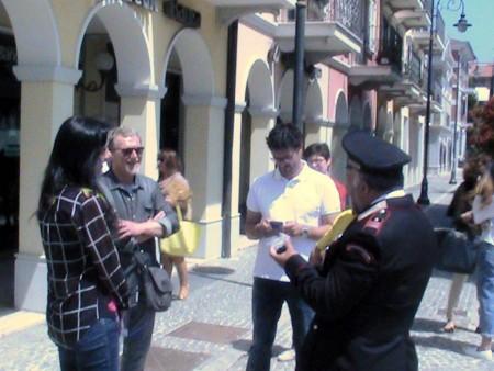 Il-comandante-Giuseppino-Carbonari-a-desstra-discute-con-sindaco-e-vicesindaco.