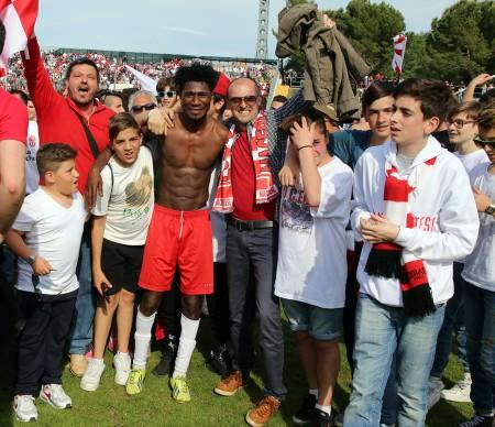 Daniel Kouko abbracciato dai tifosi della Maceratese