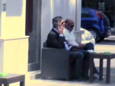 Larchitetto-Giancarlo-Biagioli-della-Coneroblu-al-telefono-fuori-dal-Municipio.