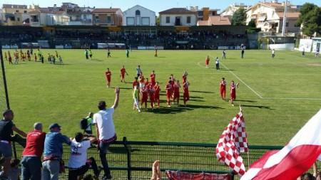 La Maceratese sotto la curva dei tifosi biancorossi a Giulianova